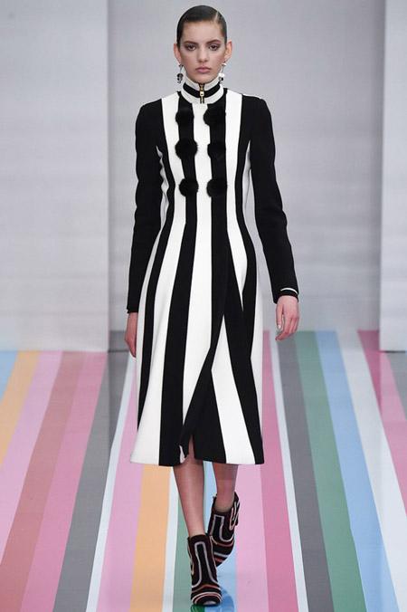 Модель в черно белом пальто в вертикальную полоску от Salvatore Ferragamo - модные пальто осень 2016, зима 2017