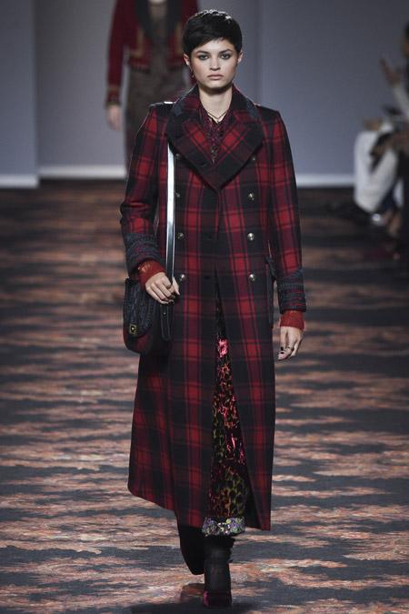 Модель в черно красном пальто в клетку от Etro - модные пальто осень 2016, зима 2017