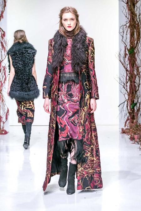 Модель в черно розовом пальто с разводами от Rachel Zoe - модные пальто осень 2016, зима 2017