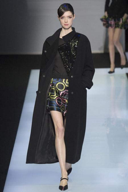 Модель в черном длинном пальто от Emporio Armani - модные пальто осень 2016, зима 2017