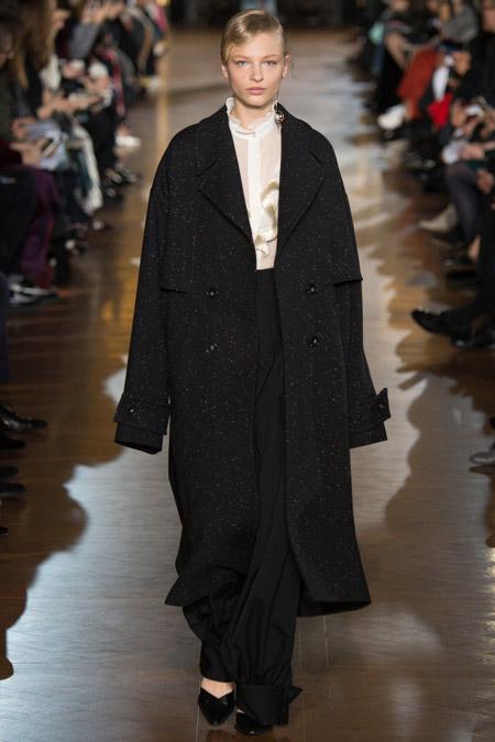 Модель в черном длинном пальто от Stella McCartney - модные пальто осень 2016, зима 2017