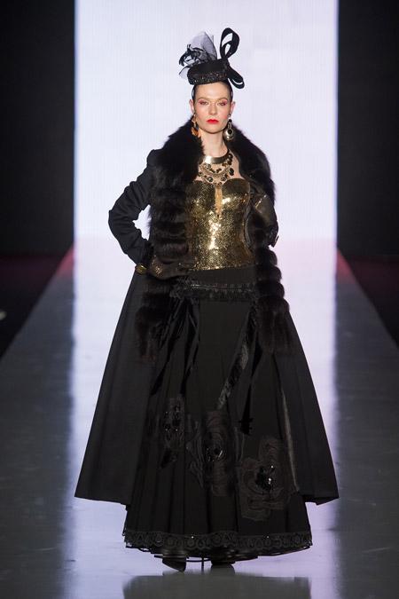 Модель в черном длинном пальто с меховым воротником от Slava Zaitsev - модные пальто осень 2016, зима 2017