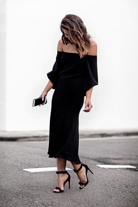 Модель в черном длинном платье без плеч и босоножки
