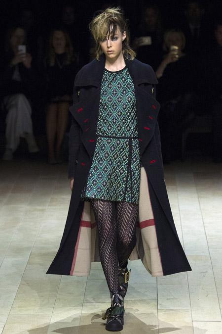 Модель в черном длином пальто от Burberry - модные пальто осень 2016, зима 2017