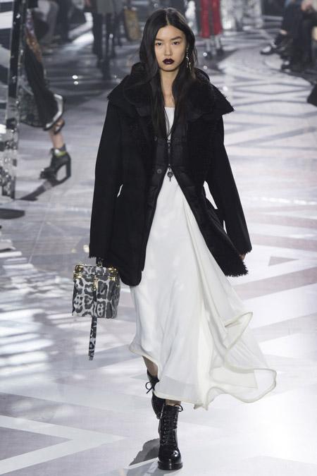 Модель в черном коротком пальто от Louis Vuitton - модные пальто осень 2016, зима 2017