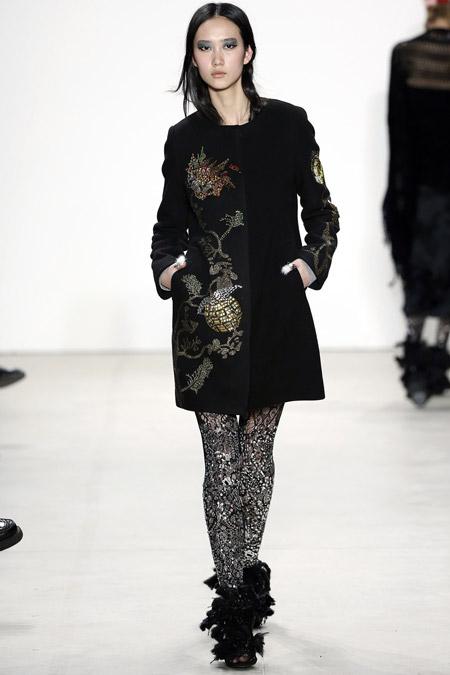 Модель в черном коротком пальто с узорами от Libertine - модные пальто осень 2016, зима 2017