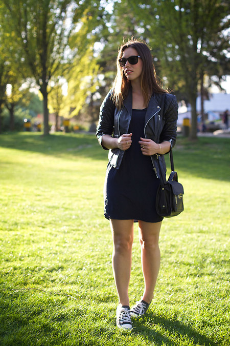 Модель в черном мини платье, куртка косуха и кеды