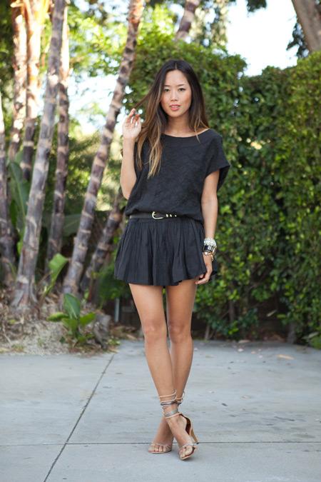 Модель в черном мини платье с ремешком