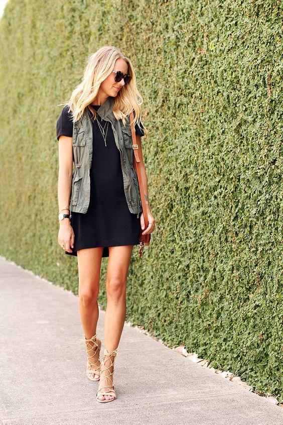 Модель в черном мини платье, жилетка с накладными карманами