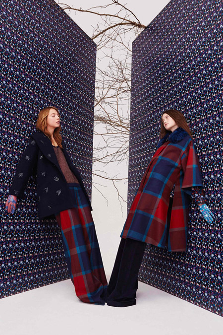 Модель в черном пальто и модель в пальто в крупную клетку от Tanya Taylor - модные пальто осень 2016, зима 2017