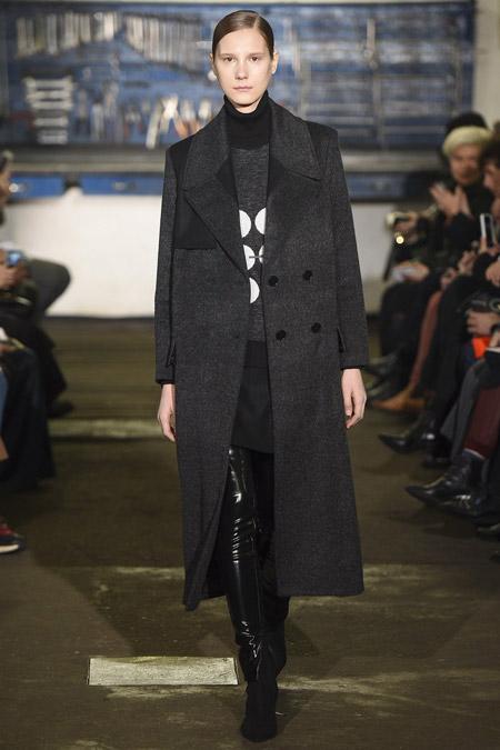 Модель в черном пальто на пуговицах от ArthurArbesser - модные пальто осень 2016, зима 2017