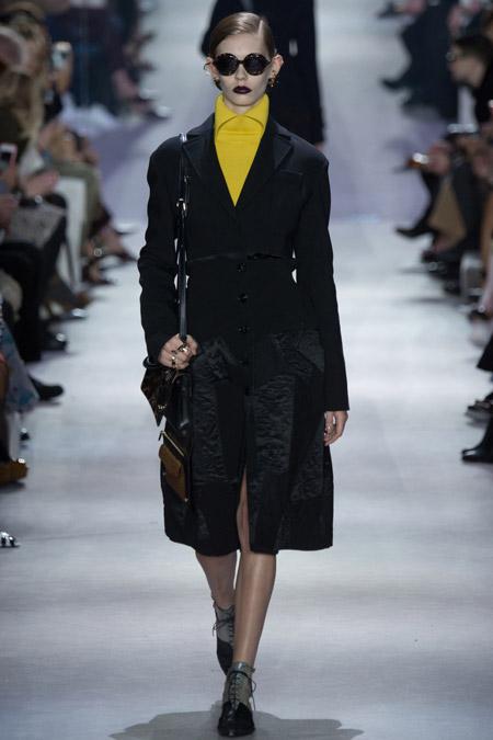Модель в черном пальто на пуговицах от Christian Dior - модные пальто осень 2016, зима 2017