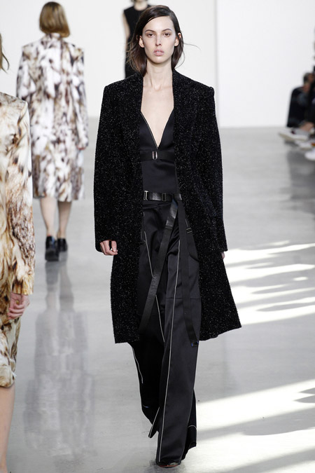 Модель в черном пальто ниже колен от Calvin Klein - модные пальто осень 2016, зима 2017