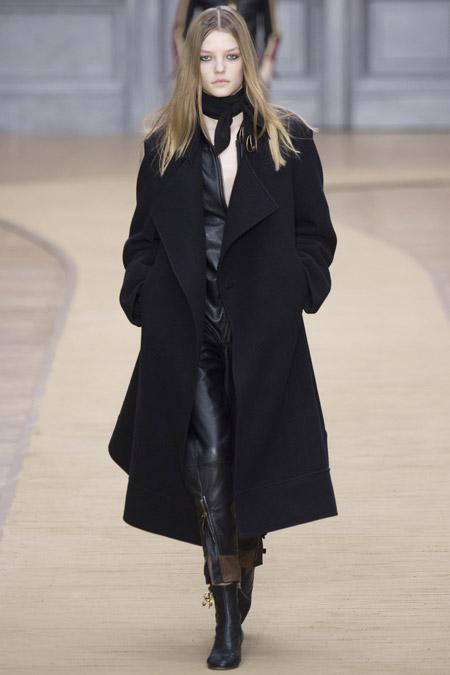 Модель в черном пальто ниже колен от Chloe - модные пальто осень 2016, зима 2017