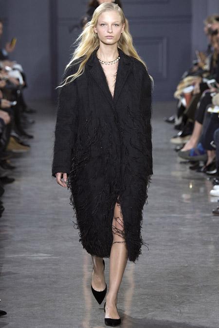 Модель в черном пальто ниже колен от Jason Wu - модные пальто осень 2016, зима 2017