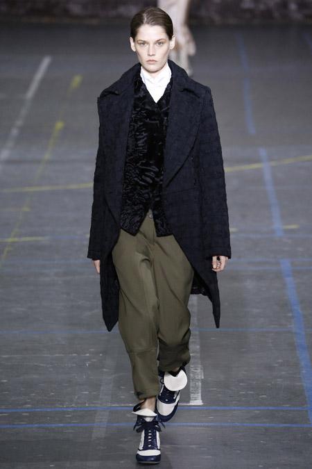 Модель в черном пальто ниже колен от John Galliano - модные пальто осень 2016, зима 2017