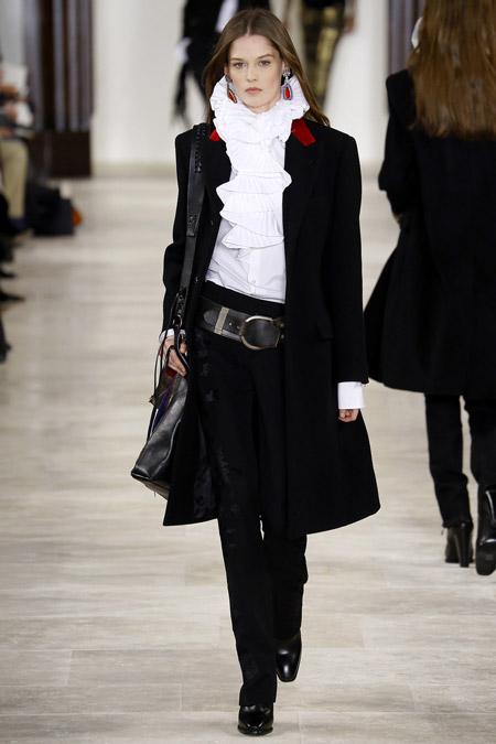Модель в черном пальто ниже колен от Ralph Lauren - модные пальто осень 2016, зима 2017
