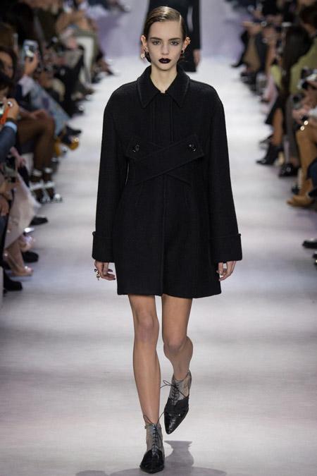 Модель в черном пальто от Christian Dior - модные пальто осень 2016, зима 2017