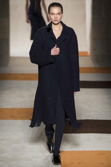 Модель в черном пальто прямого кроя от Victoria Beckham - модные пальто осень 2016, зима 2017