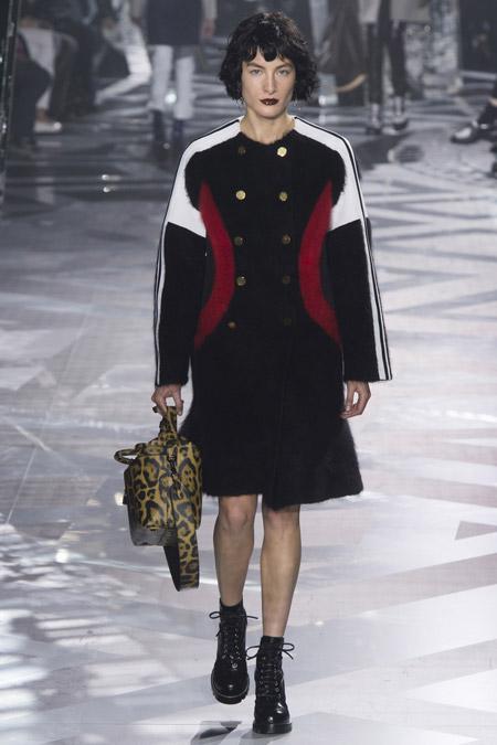 Модель в черном пальто с белыми и красными вставками выше колен от Louis Vuitton - модные пальто осень 2016, зима 2017