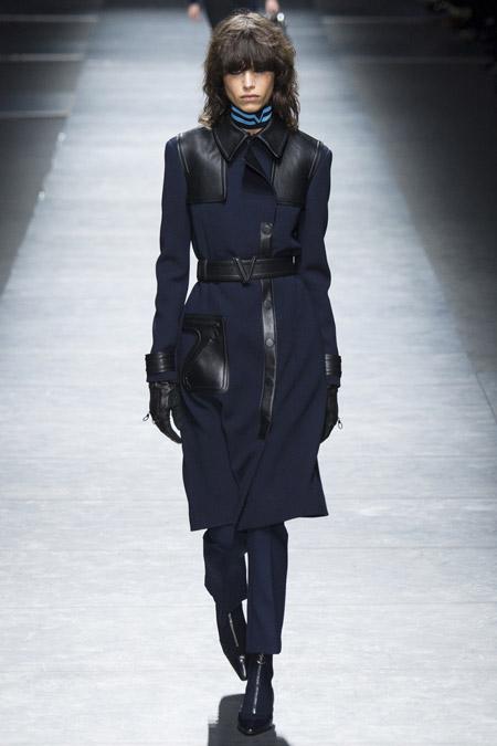 Модель в черном пальто с кожаными вставками от Versace - модные пальто осень 2016, зима 2017