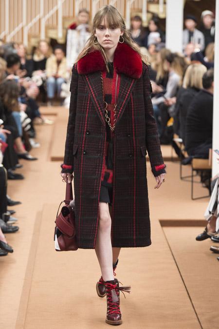 Модель в черном пальто с красными вставками от Tod's - модные пальто осень 2016, зима 2017
