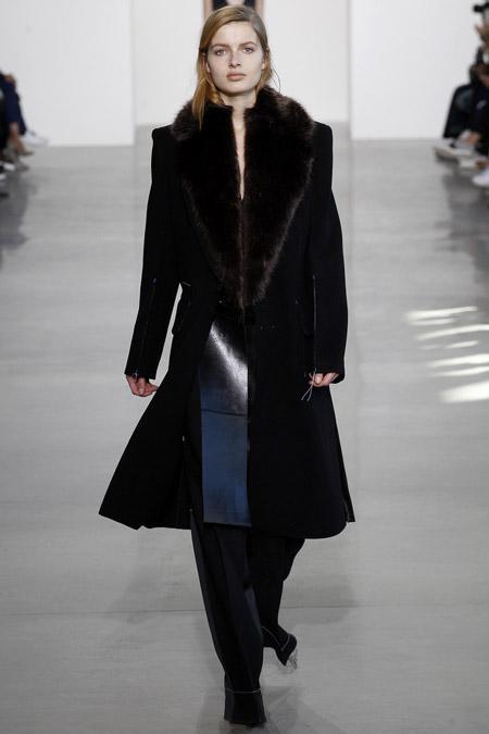 Модель в черном пальто с меховым воротником от Calvin Klein - модные пальто осень 2016, зима 2017