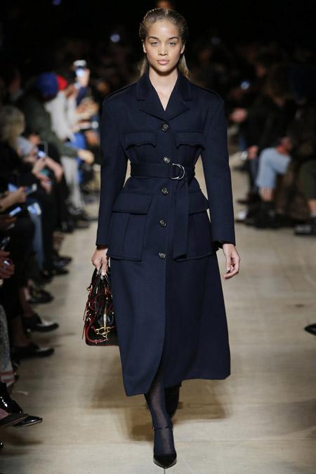 Модель в черном пальто с накладными карманами и поясом на талии от Miu Miu - модные пальто осень 2016, зима 2017
