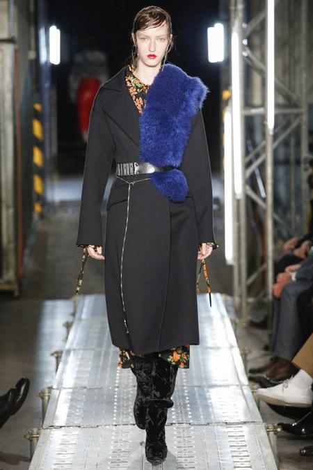 Модель в черном пальто с поясом и синей меховой накидкой от MSGM - модные пальто осень 2016, зима 2017