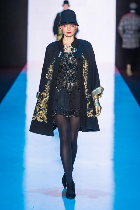 Модель в черном пальто с золотой вышивкой от Slava Zaitsev - модные пальто осень 2016, зима 2017