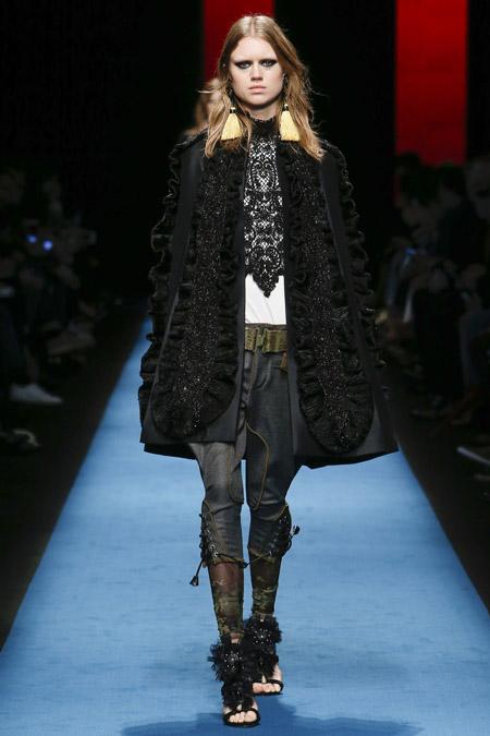 Модель в черном пальто трапеция с рюшами от Dsquared2 - модные пальто осень 2016, зима 2017