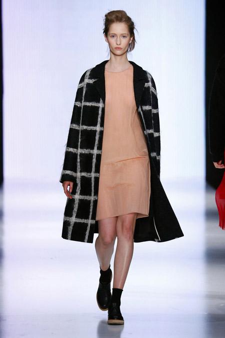Модель в черном пальто в белую клетку ниже колен от Yulia Nikolaeva - модные пальто осень 2016, зима 2017