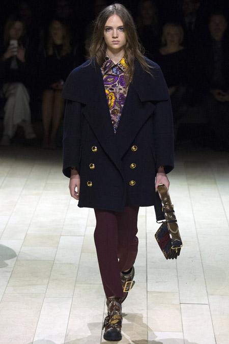 Модель в черном пальто выше колен от Burberry - модные пальто осень 2016, зима 2017