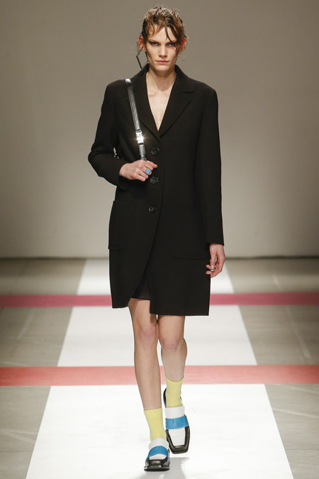 Модель в черном пальто выше колен от Iceberg - модные пальто осень 2016, зима 2017