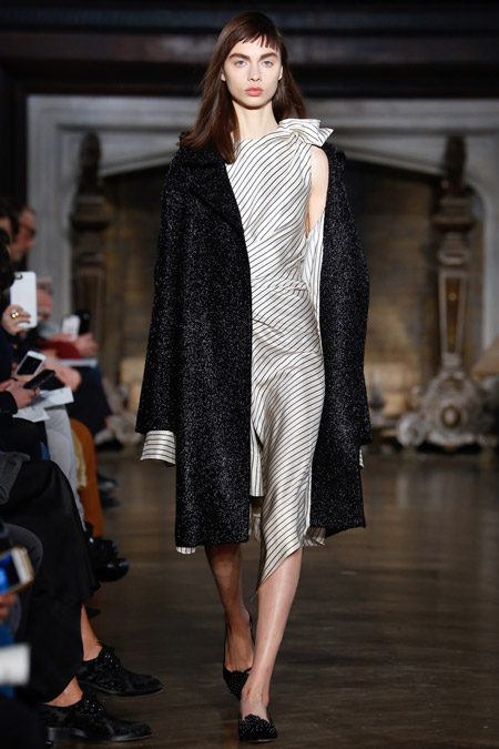 Модель в черном пальтоо ниже колен от Monse - модные пальто осень 2016, зима 2017