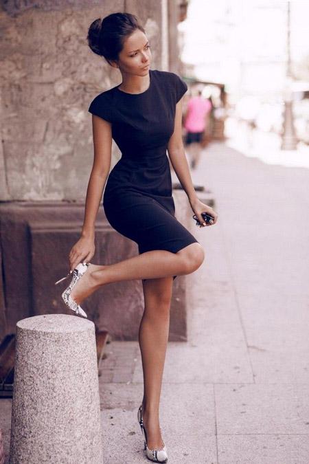 Модель в черном платье футляр и туфлях лодочках