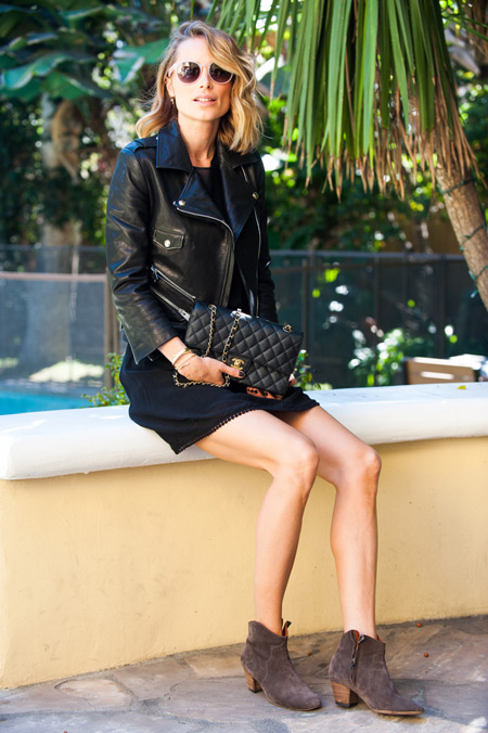 Модель в черном платье и куртке косухе, сумочка