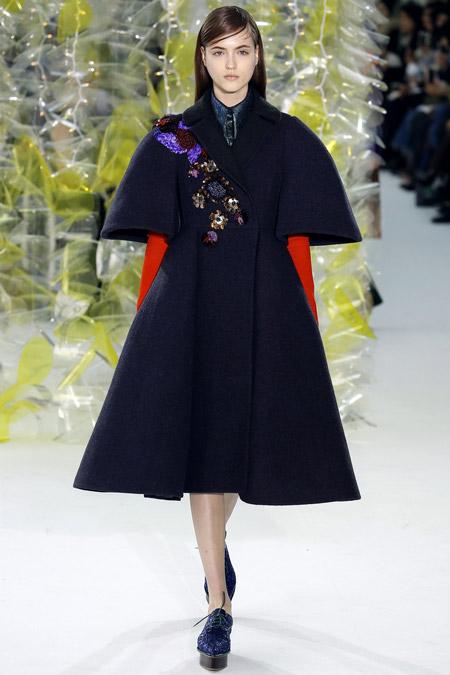 Модель в черном платье клеш от Delpozo - модные пальто осень 2016, зима 2017