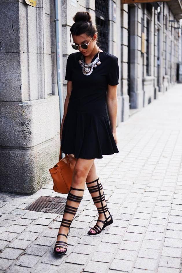 Модель в черном платье, летние сапоги