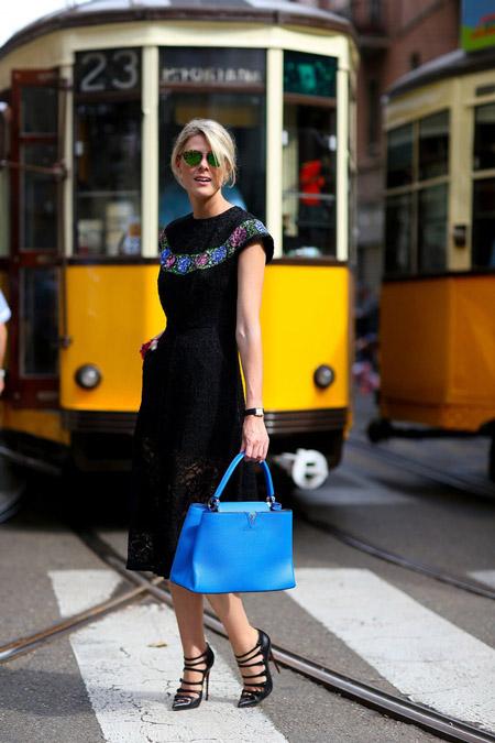 Модель в черном платье миди с вышевкой, черные босоножки и голубая сумка