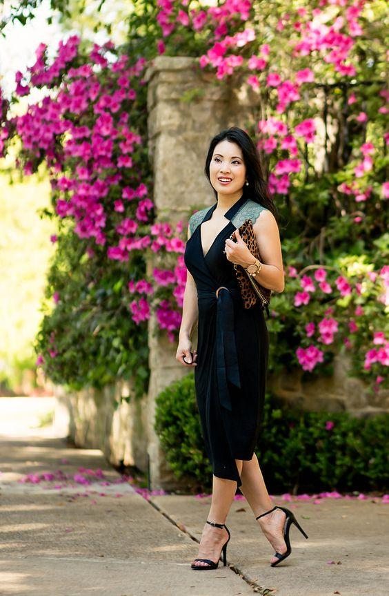 Модель в черном платье с глубоким вырезом, босоножки и леопардовый клатч