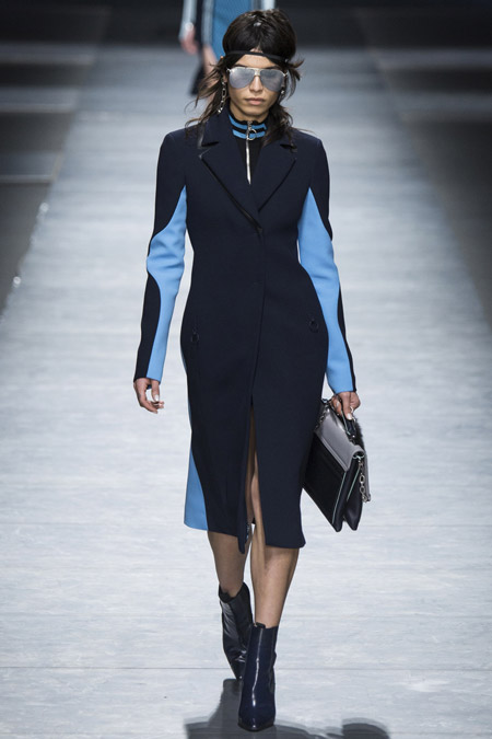 Модель в черном приталенном пальто с голубыми вставками от Versace - модные пальто осень 2016, зима 2017