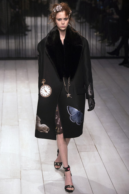Модель в черном прямом пальто ниже колен от Alexander McQueen - модные пальто осень 2016, зима 2017