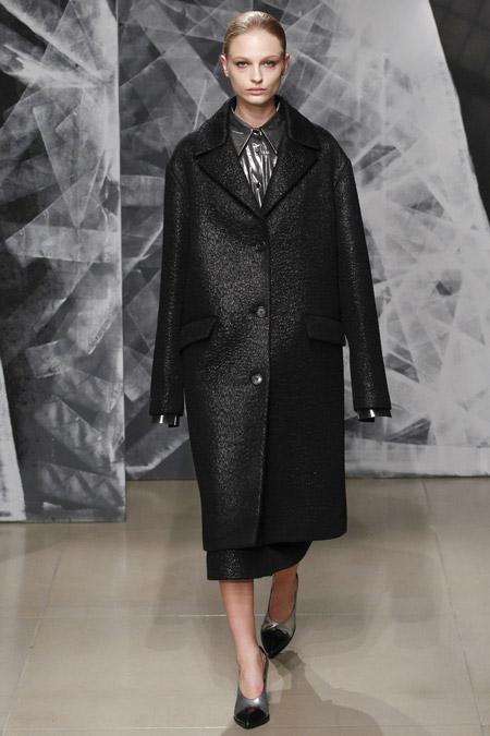 Модель в черном прямом пальто ниже колен от Jil Sander - модные пальто осень 2016, зима 2017