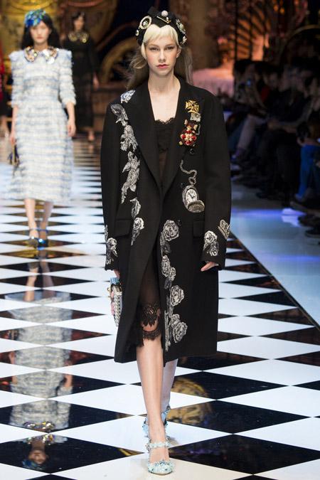 Модель в черном прямом пальто от Dolce & Gabbana - модные пальто осень 2016, зима 2017