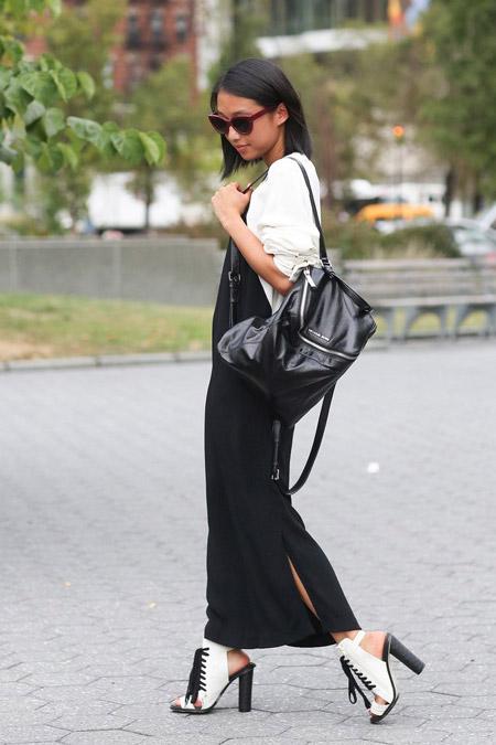 Модель в черном сарафане, белая рубашка, ботильоны на шнуровке