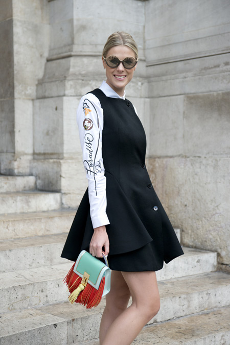 Модель в черном сарафане и белой рубашке