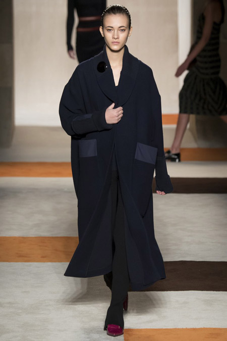 Модель в черном широком пальто от Victoria Beckham - модные пальто осень 2016, зима 2017