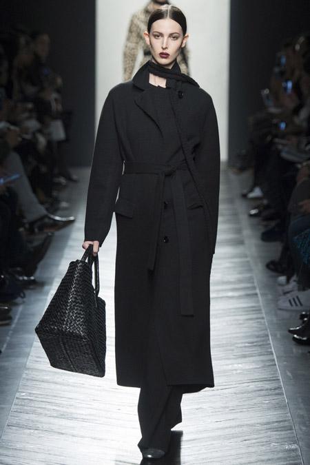Модель в черном строгом пальто с поясом от Bottega Veneta - модные пальто осень 2016, зима 2017