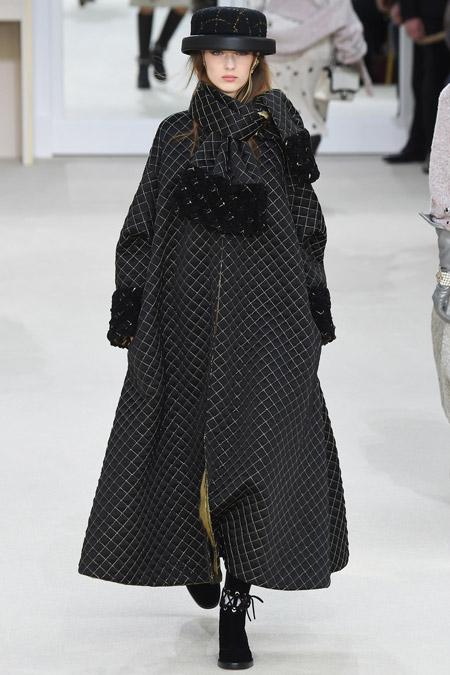 Модель в черном трапецеобразном пальто от Chanel - модные пальто осень 2016, зима 2017